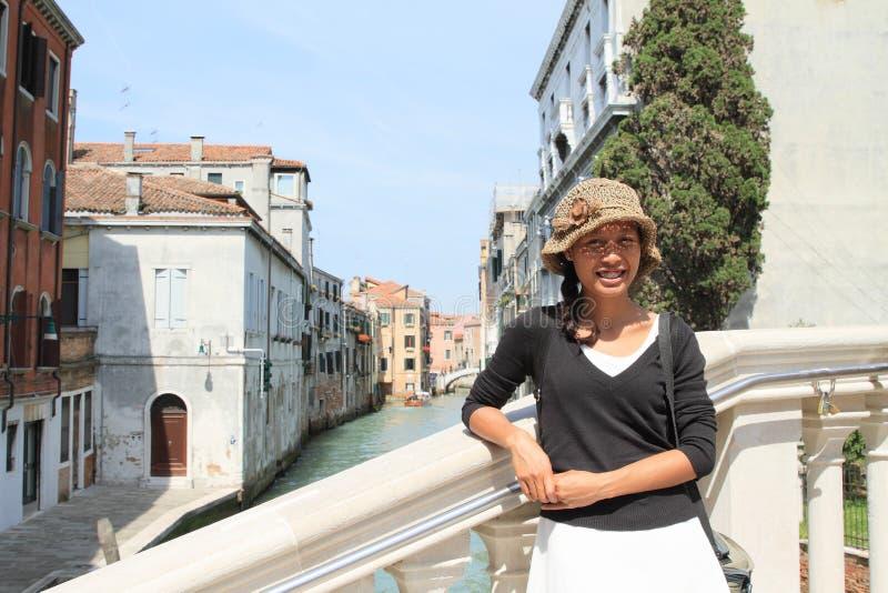 Turista en el puente en Venecia imagenes de archivo
