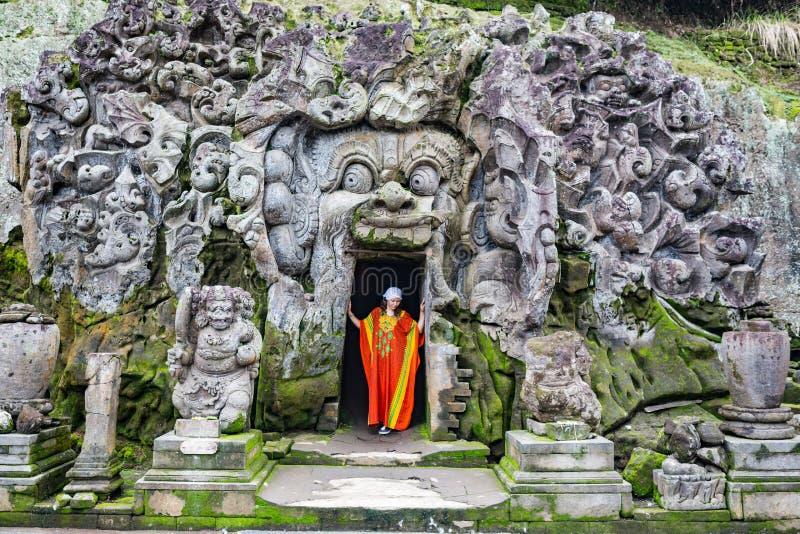 Turista en el templo hindú viejo de Goa Gajah cerca de Ubud en la isla de Bali, Indonesia imagenes de archivo