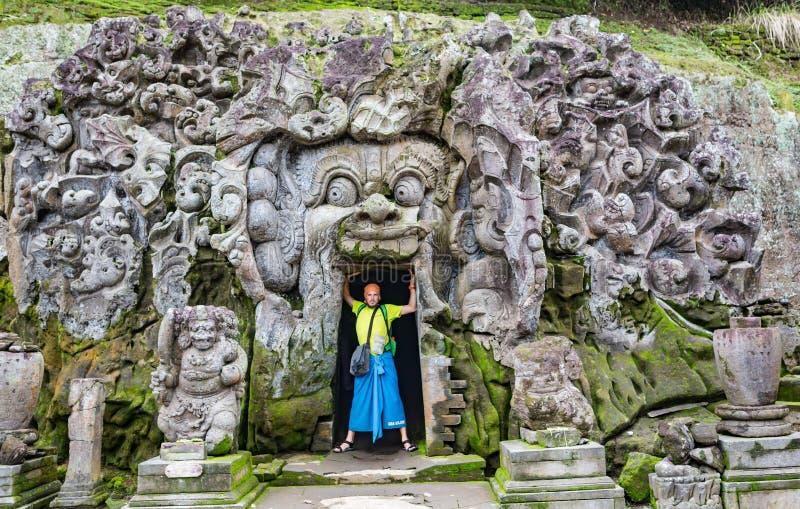 Turista en el templo hindú viejo de Goa Gajah cerca de Ubud en la isla de Bali, Indonesia imagen de archivo libre de regalías