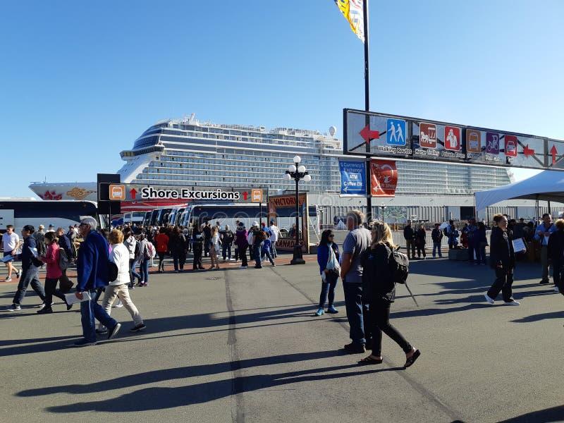Turista en el terminal del barco de cruceros fotografía de archivo