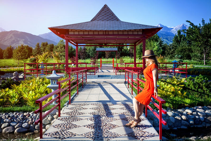 Turista en jardín japonés imagenes de archivo