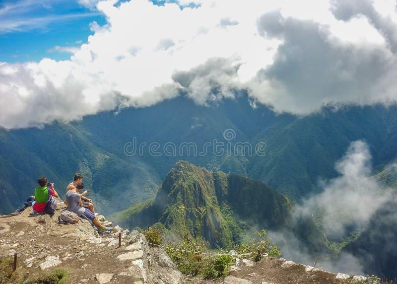 Turista en la cima de la montaña de Machu Picchu imágenes de archivo libres de regalías