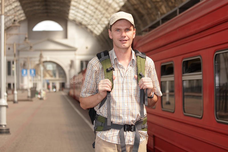 Turista en la estación de tren imagenes de archivo