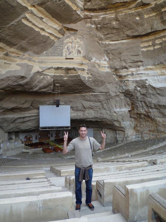 Turista en la iglesia de Kopt de la cueva en El Cairo imágenes de archivo libres de regalías