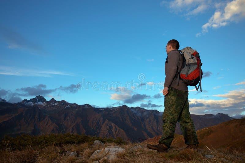 Turista en las montañas fotos de archivo