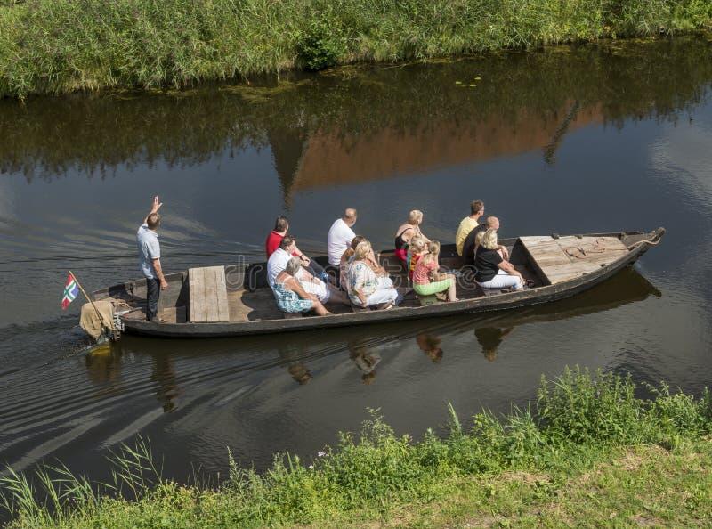 Turista en un barco con la guía fotos de archivo libres de regalías