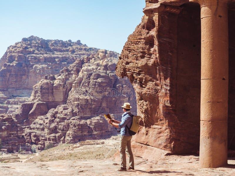 Turista en una ciudad del Petra en Jordania imagen de archivo libre de regalías