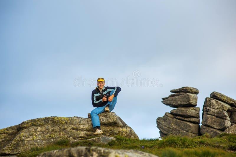 Turista en una roca imagen de archivo libre de regalías