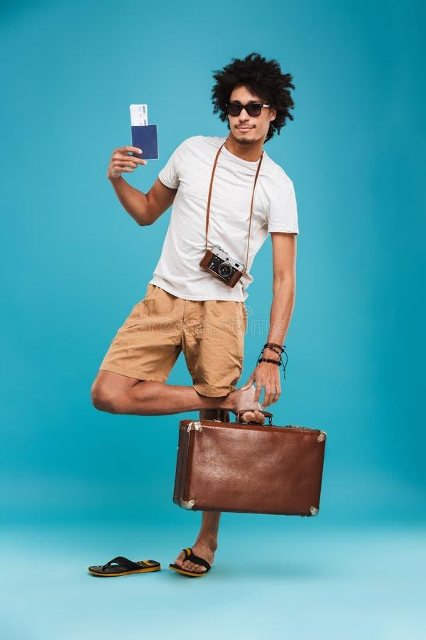 Turista encaracolado africano novo feliz considerável do homem fotografia de stock