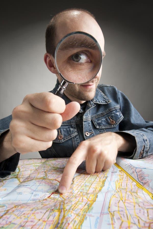 Turista engraçado que descobre o mapa foto de stock