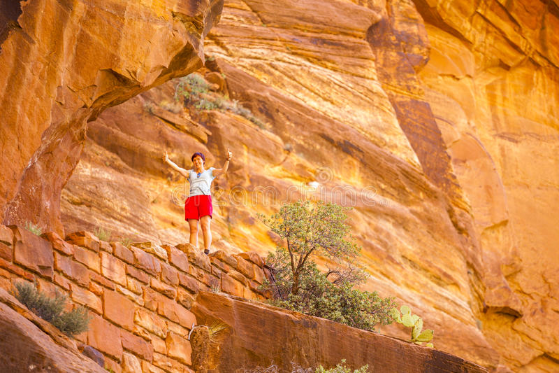 Turista entre rocas rojas en Zion National Park imagen de archivo