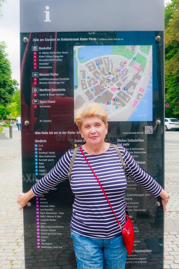 turista está cerca de la junta de información de Kiel Kiel, Schleswig-Holstein, Alemania imagen de archivo libre de regalías