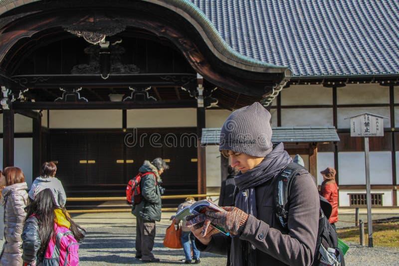 Turista europeo perdersi e studiare la mappa fotografia stock