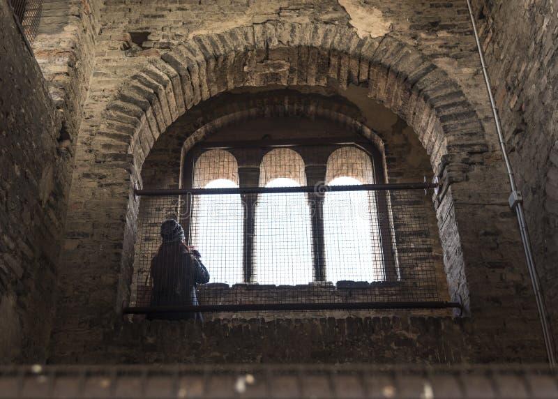 Turista europeu que olha durante todo a janela fotografia de stock royalty free