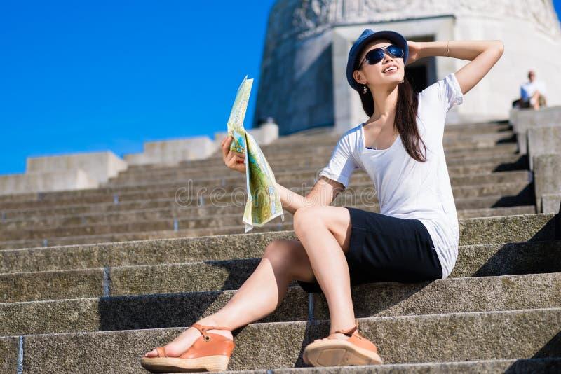Turista fêmea asiático que sorri fora foto de stock royalty free