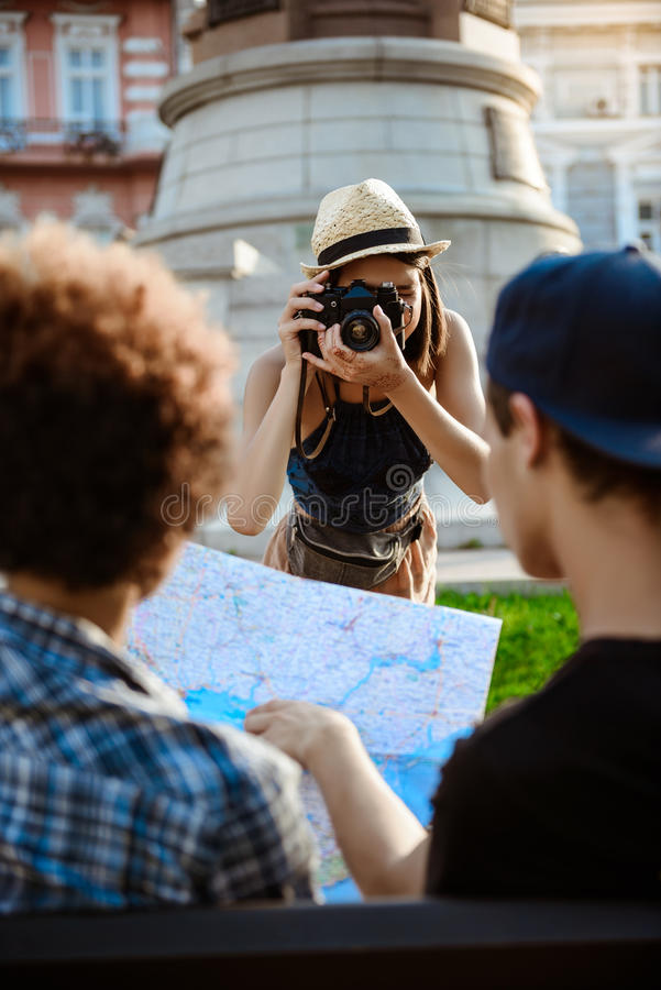 Turista fêmea bonito novo que toma a imagem de seus amigos foto de stock