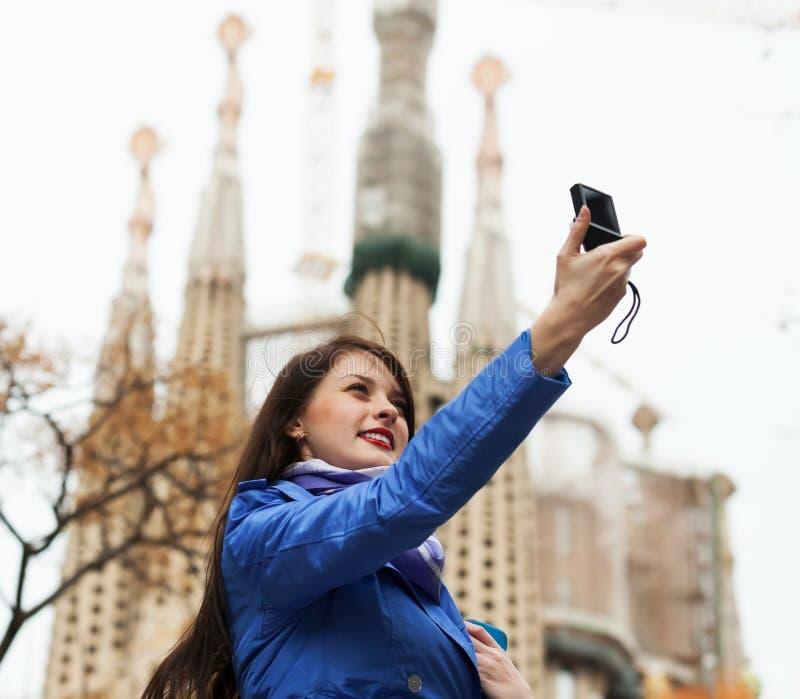 Turista fêmea com fotografia da câmara digital foto de stock