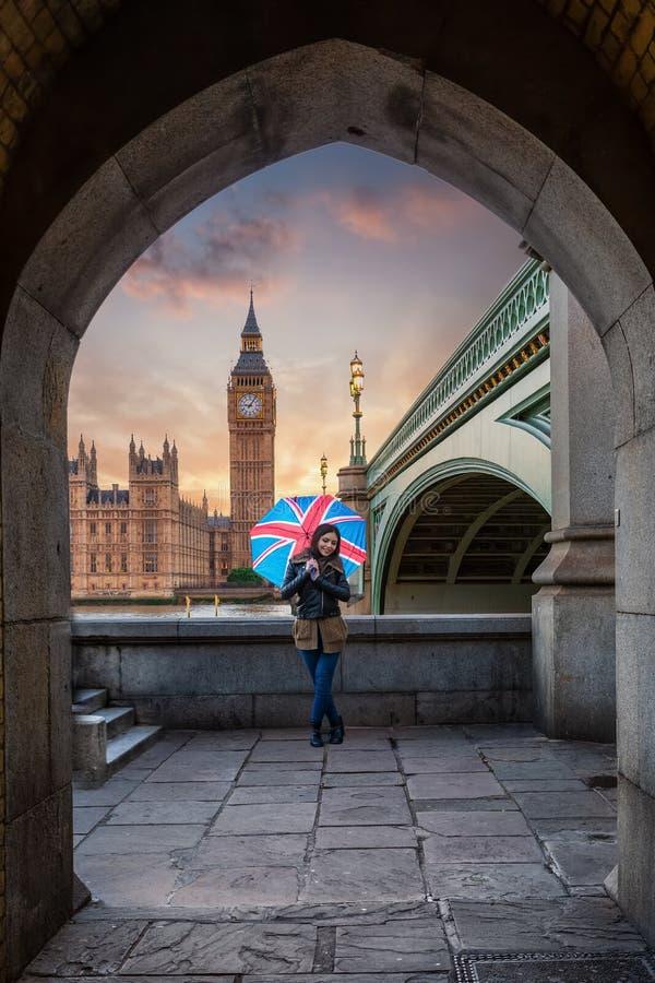 Turista fêmea de Londres com um guarda-chuva do jaque de união na frente de Big Ben imagens de stock