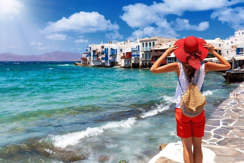 Turista fêmea na ilha de Mykonos, Cyclades, Grécia, em sua viagem das férias de verão fotografia de stock