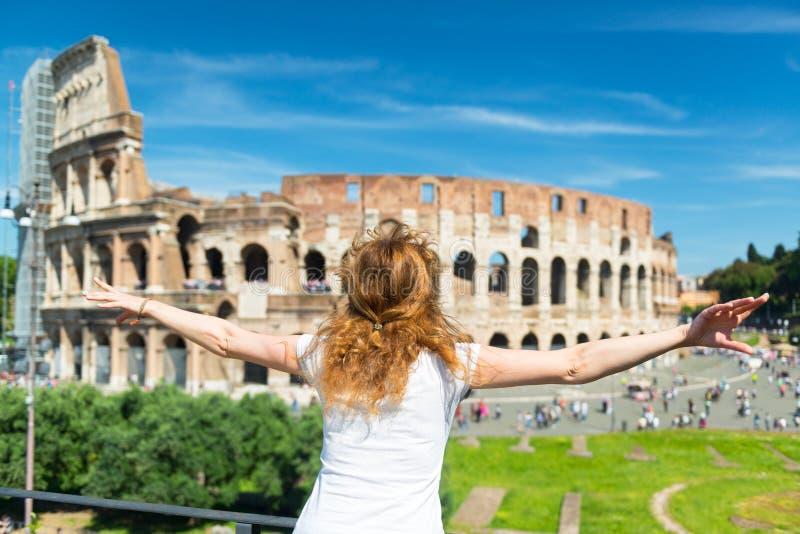 Turista fêmea novo no fundo do Colosseum em Roma imagens de stock