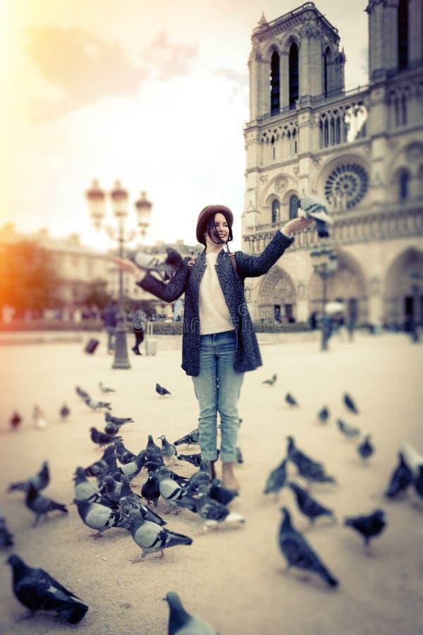 Turista fêmea novo que aprecia sua viagem a Paris foto de stock
