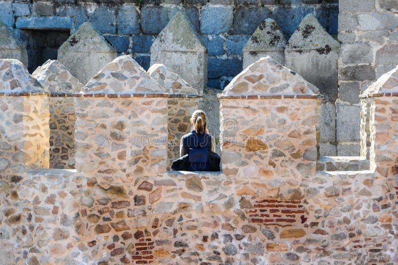 Turista fêmea novo que visita as paredes de Avila na Espanha fotografia de stock royalty free