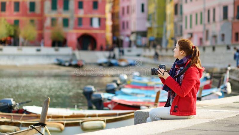 Turista f?mea novo que aprecia a opini?o Vernazza, uma das cinco vilas centen?rios de Cinque Terre, situadas em ?spero foto de stock