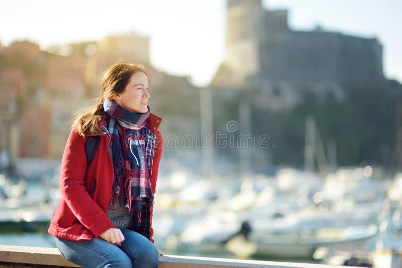 Turista f?mea novo que aprecia a vista de iate e de barcos de pesca pequenos no porto da cidade de Lerici, situado na prov?ncia d imagens de stock