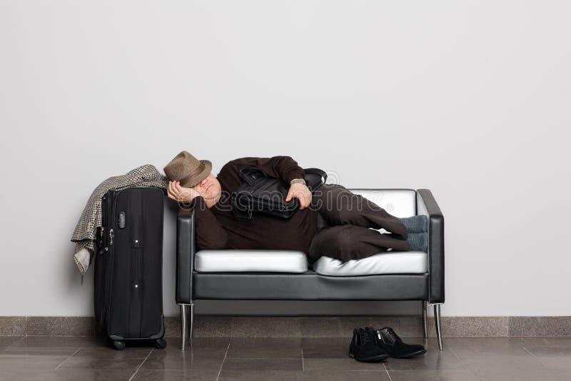 Turista faticoso in previsione dello sbarco sul aircra fotografia stock libera da diritti