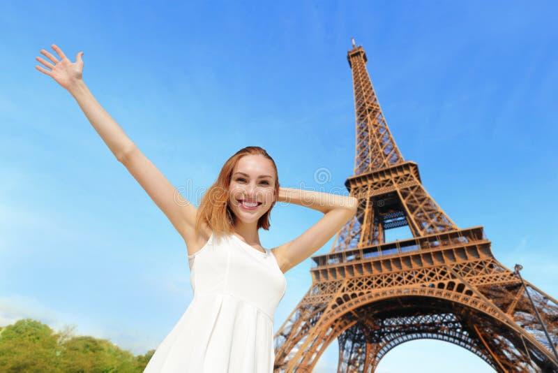 Turista feliz da mulher em Paris fotografia de stock royalty free