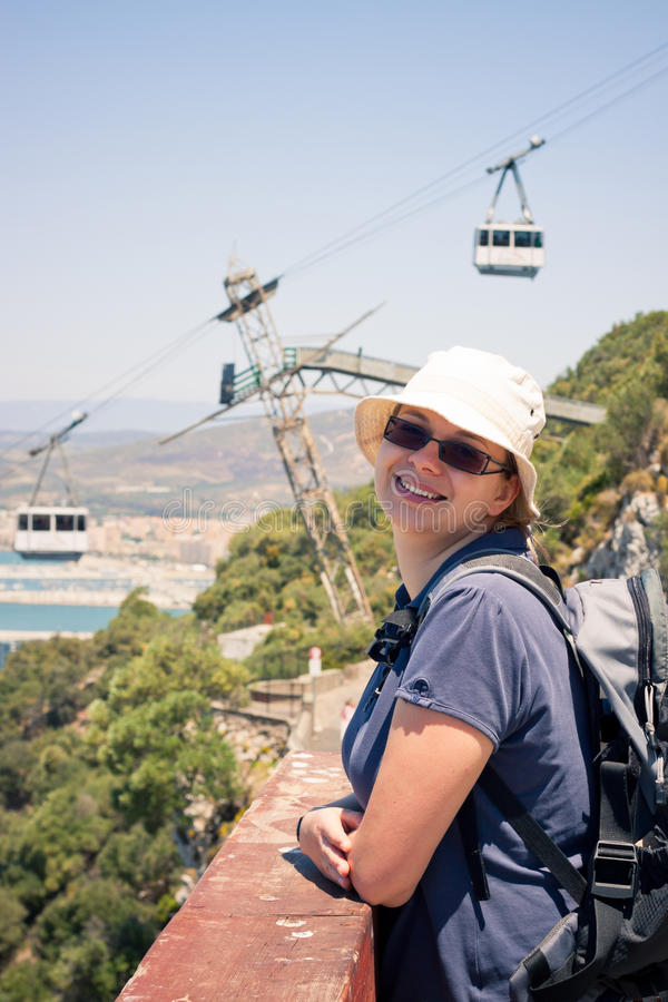 Turista feliz da mulher na rocha de Gibraltar foto de stock royalty free