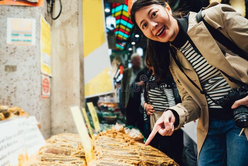 Turista feliz de la muchacha que visita el mercado japonés local fotografía de archivo libre de regalías