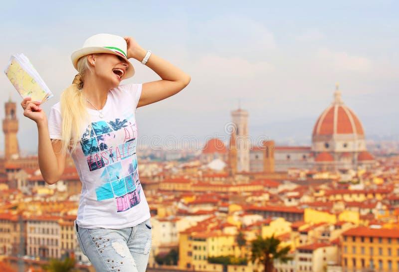 Turista feliz en Florencia Mujer rubia joven alegre con el mapa foto de archivo libre de regalías