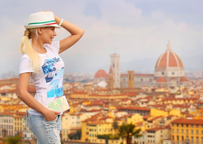 Turista feliz en Florencia Mujer rubia joven con el mapa foto de archivo libre de regalías