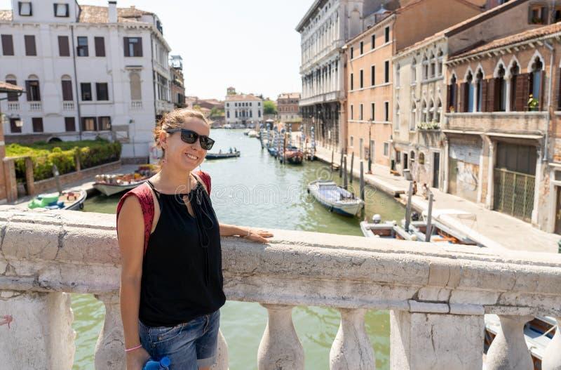 Turista feliz que visita a cidade de Veneza e que tem o divertimento em Itália imagens de stock