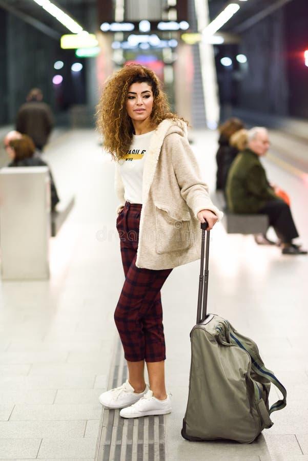 Turista femenino árabe joven que espera su tren en un statio del subterráneo fotos de archivo libres de regalías