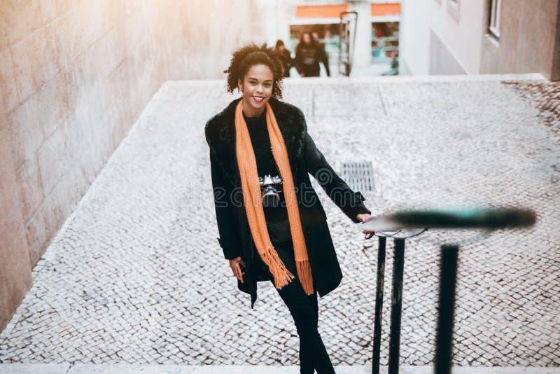 Turista femenino brasileño en las escaleras imagen de archivo libre de regalías