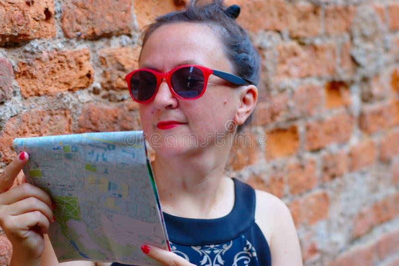 Turista femenino divertido con el mapa fotografía de archivo libre de regalías