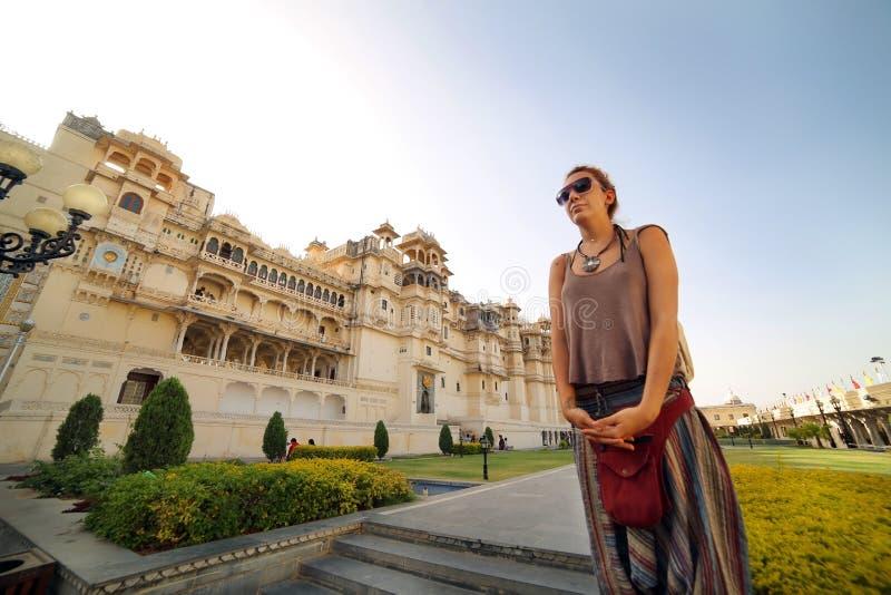 Turista femenino en el palacio de Udaipur fotos de archivo