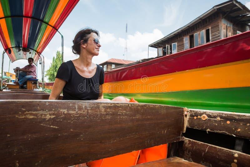 Turista femenino en un barco de la cola larga en Bangkok, Tailandia foto de archivo