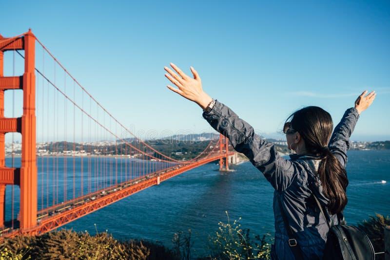 Turista femenino feliz de la gente en puente Golden Gate imagenes de archivo