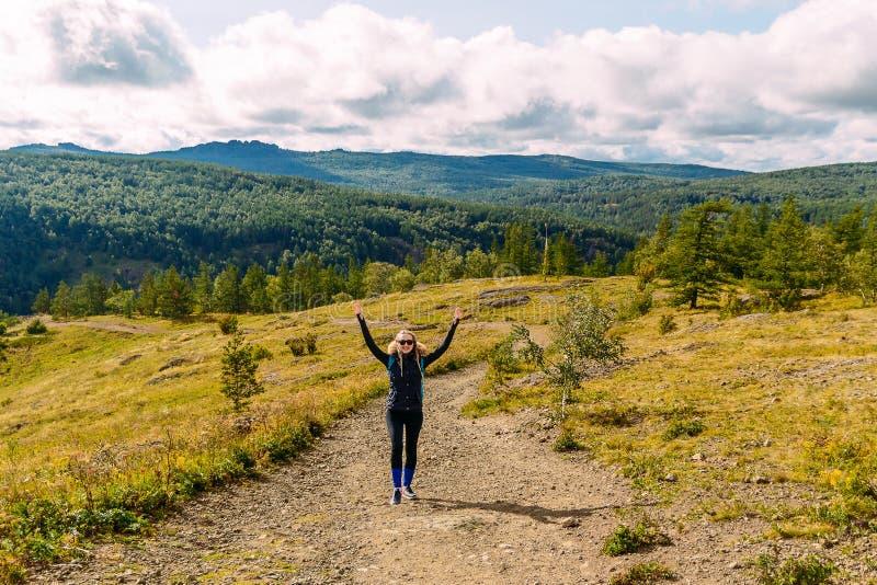 Turista femenino joven en las montañas fotos de archivo libres de regalías