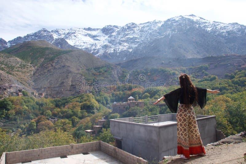Turista femenino que admira las montañas de atlas imagenes de archivo