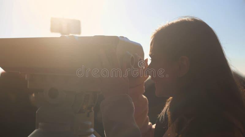 Turista femenino que mira para elevarse espectador en el skydeck, disfrutando de paisaje hermoso fotos de archivo