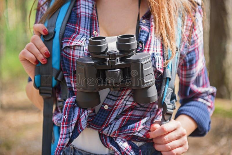 Turista femminile allegro con attrezzatura fotografia stock