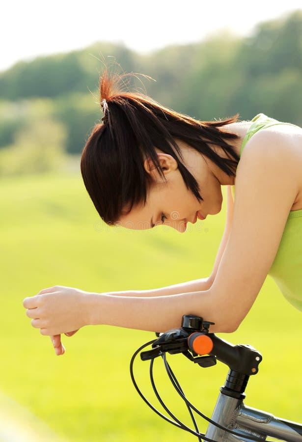 Turista femminile con la bicicletta immagini stock