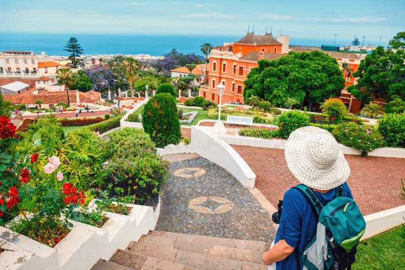 Turista femminile con lo zaino fotografia stock libera da diritti