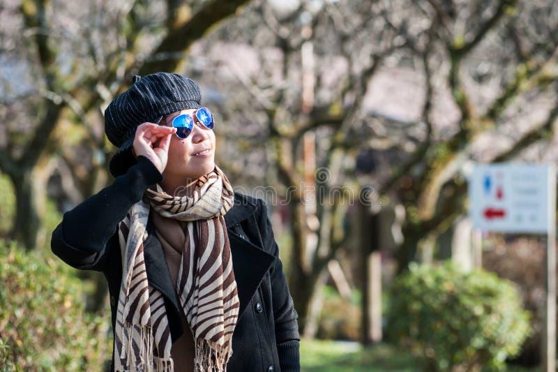 Turista femminile senior asiatico in costume di inverno fotografia stock libera da diritti