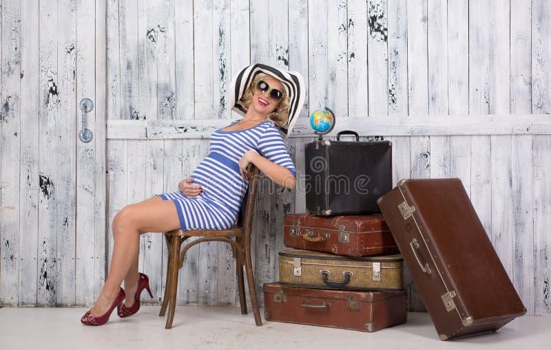 Turista grávido com malas de viagem fotos de stock