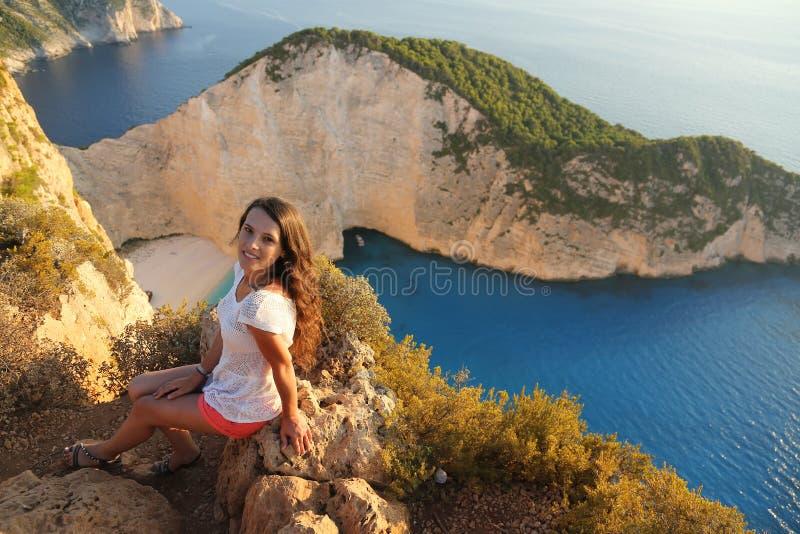 Turista hermoso en la playa de Navagio, isla de Zakynthos, Grecia foto de archivo